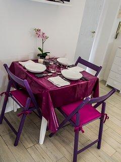 Tavolo da pranzo apparecchiato per tre ospiti