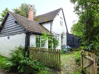 THE SMITHY, Grade II listed, Black and White cottage, pet-friendly, woodburning stove, close to many places of interest, Mortimers Cross, Ref 934782