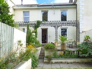 40B BODMIN ROAD, quirky holiday home, woodburner, off road parking, ideal touring base, in St Austell, Ref 946050