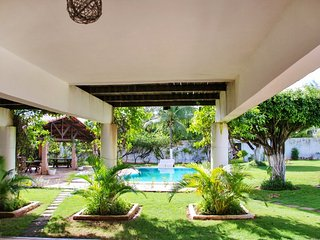 Tropical, 4-bedroom house in Cumbuco with WiFi, a balcony and swimming pool – 50m from the sea!