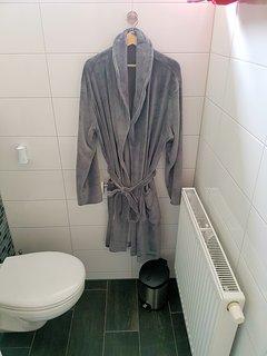 2 badjassen zijn tot uw beschikking tijdens uw verblijf om lekker 's morgens rustig te ontbijten..