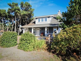 Treasure Cove~MCA#1337~Large nautical themed home just a block to the beach., Manzanita