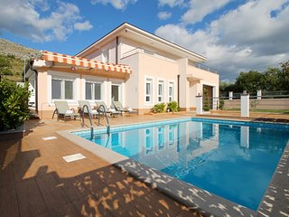 VILLA MILLA with private pool, jacuzzi, gym, 6+2, Omis