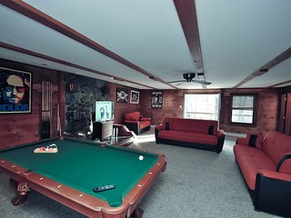 Grand Summit Lodge on Whiskey Mountain - Sleeps 21, Stroudsburg
