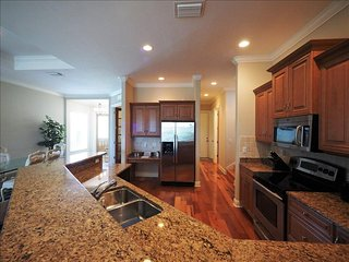 Naples Luxury Beach House -4 bedroom plus sleeping den - Heated Pool and Spa, Napels