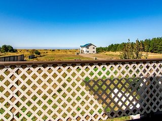 Bk 2/Get 2 FREE! 7 bdrm, *HOT TUB *Volleyball, horseshoes, firepit, Pets OK
