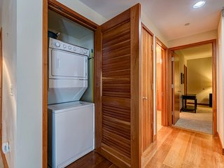 Condo in downtown Telluride, funicular to slopes, community hot tub - In-Town Sophisticate at Element 52
