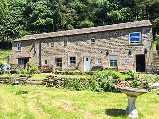 NIDDERDALE COTTAGE, ground floor bedroom, off road parking, elecvated patio