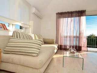 BRIGHT MODERN SUNNY APP.30 M FROM SEA AND BEACH. TERRACE OVERLOOKING ADRIATIC.
