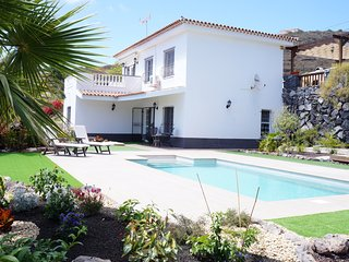 Fantastic Villa for 6 people private heated pool, Wifi. 8 minutes from the beach
