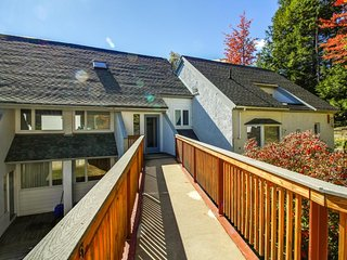 Cozy mountain condo near ski slopes w/ shared pools & resort amenities!, Warren