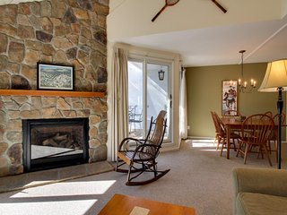 Cozy mountain condo near ski slopes w/ shared pools, hot tub, other amenities, Warren