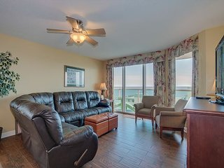 Luxury condo, across the street from the beach, wonderful ocean views