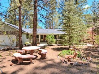 1 minute to SUMMIT   WALK to SKI SHUTTLE  Great location!   sleeps 11, Big Bear Region