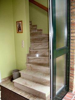 Fewo-Kombi - Treppenaufgang zum  Wohn- / Schlafzimmer im 1.OG mit Flur