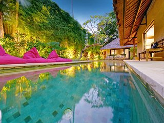 4 BEDROOM LUXURY BALI VILLA - SLEEPS 9 - SALT WATER POOL - CENTRAL SEMINYAK