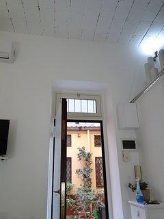 La porta vista dall'interno