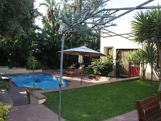 Large Family 4 Bed 4 bath House Sleeps 10, Table View