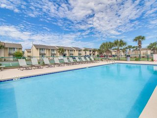 Beach resort townhouse w/ pools, beach access, mini-golf - snowbirds welcome!