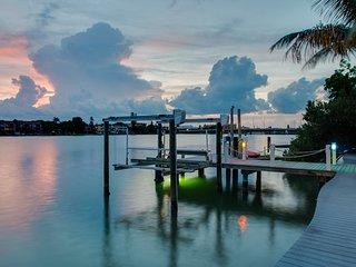 Wow! Waterfront Mansion: Walk To The Beach!, Treasure Island