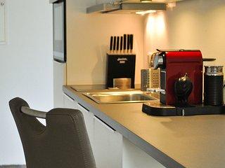 Voll ausgestattete Küche mit Spülmaschine und Nespresso-Maschine.