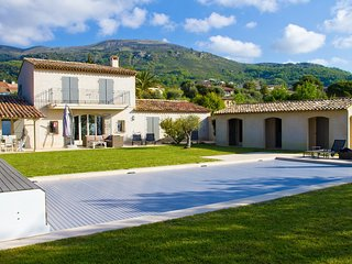 Lovely, modern 6 bedroom villa in walking distance to the pitttoresque village