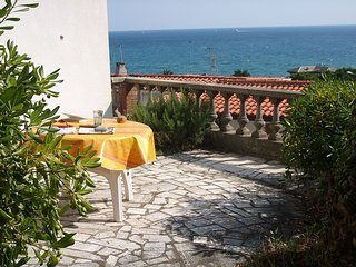 Palmenterrasse mit Blick aufs Meer in ruhiger Lage, Diano Marina