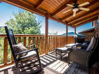 2 Master Suites - Ideal for 2 Families - Free WiFi - Private Hot Tub and Grill -