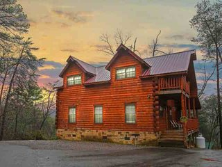 Paws and Unwind - New Listing! Minutes to Attractions - Hot Tub!, Sevierville