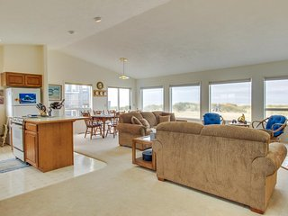 Oceanfront home right on the sand w/ deck, jetted tub, & shared pool, Waldport