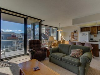 Dog-friendly condo right on the Promenade w/ shared pool & sauna
