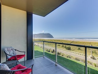 Lovely oceanfront condo with easy beach access, shared pool & sauna. Dogs ok!, Seaside