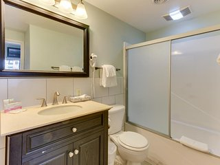 Beautiful contemporary condo w/ gorgeous ocean views and shared pool and sauna!