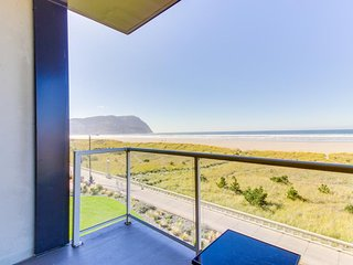Spacious  oceanfront getaway w/ shared pool, close to everything!