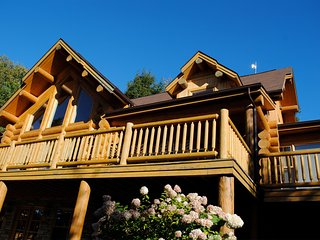 Grand log home on lakefront, Mille-Isles