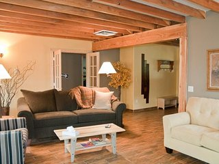 Dog-friendly getaway in a great location - 1 block from Main St., Moab