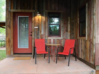 Dog-friendly studio space in town - walk to restaurants and creekside trail!, Moab