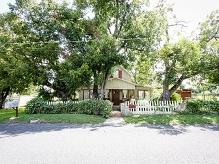 Cosmos Cottage - Just a Short Drive to Main Street, Fredericksburg