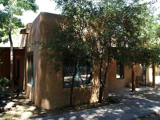 Villa de Suenos (Quaint Taos: short walk to Historic Plaza on TSV Shuttle Route)