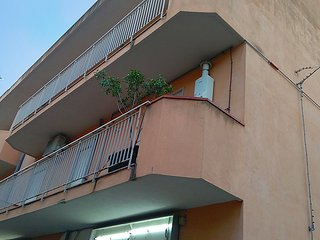 2 bedroom Apartment with Air Con and Walk to Beach & Shops - 5028919