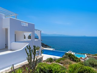 Villa Chryssi Chania- 7 bedroom for 14 people with its own beach, pool & jacuzzi