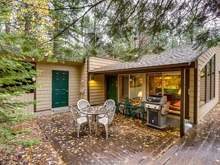 Gorgeous lodge w/ shared hot tub, pool & more - great location & dogs welcome, Black Butte Ranch