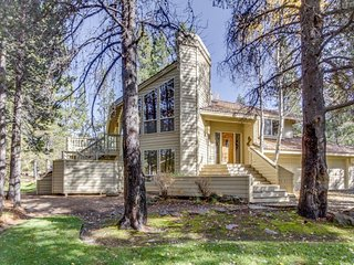 Beautiful Sunriver home w/ hot tub, two master suites and SHARC access!