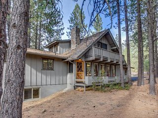 Rustic, dog-friendly cabin w/ private hot tub, game room &  SHARC passes, Sunriver