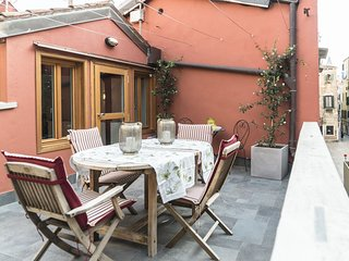 The Red House - House with 2 terraces, it is a 140mq + terrace flat built in, Venice