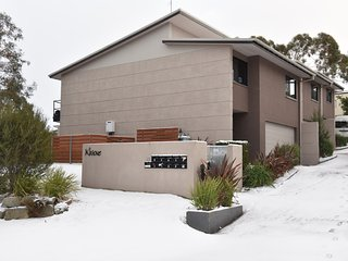 Khione 1 - Modern & spacious with views towards Lake Jindabyne & the mountains b