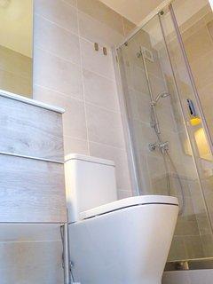 Baño completo con mampara y water estilo moderno y funcional.