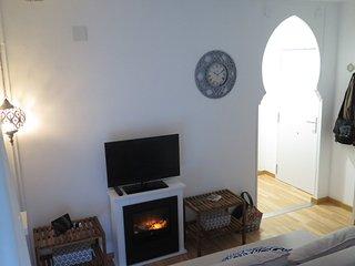 Salón-cocina con vista completa de la entrada.  Sofa ikea HIMMENE, muy cómo para 2 adultos.