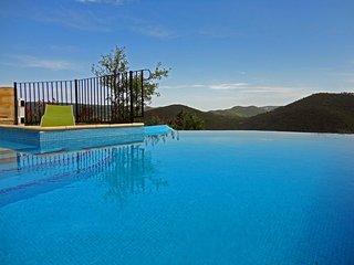 Gite avec piscine chauffee et vue d'exception
