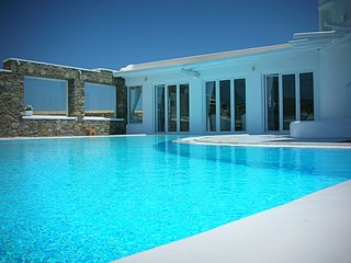 Magic White Villa (4 Bd, pool, 1minute from beach)